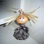 Малышка из шишки и луковицы